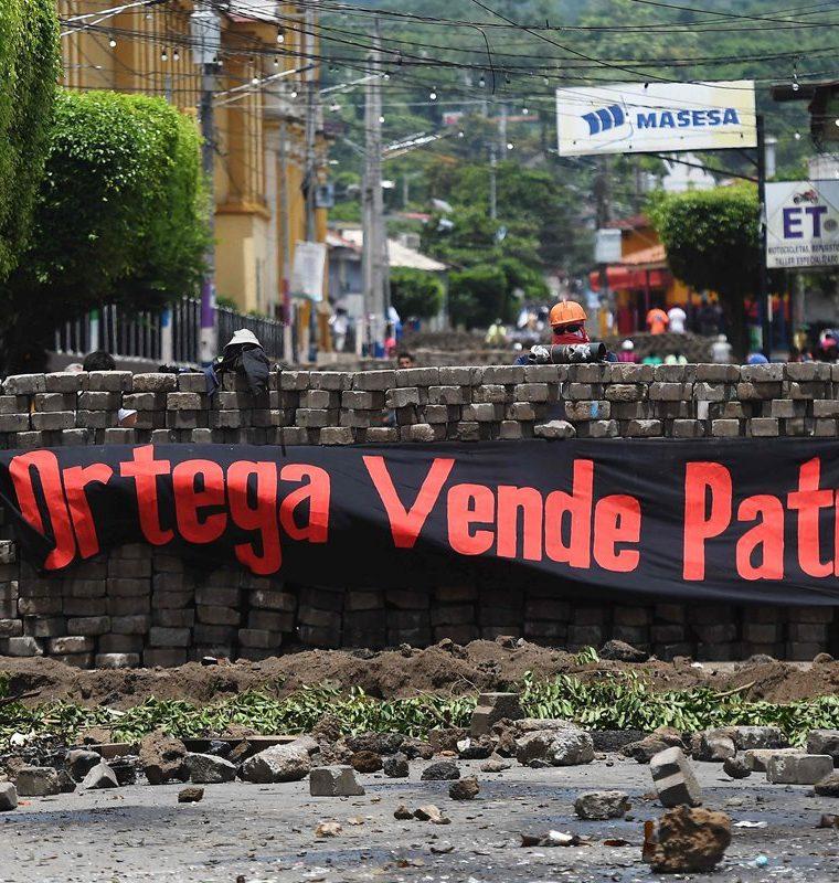 """Una barricada con maniquíes disfrazados de manifestantes y una pancarta que dice """"Ortega vendede Patria"""" en Masaya, Nicaragua. (AFP)."""