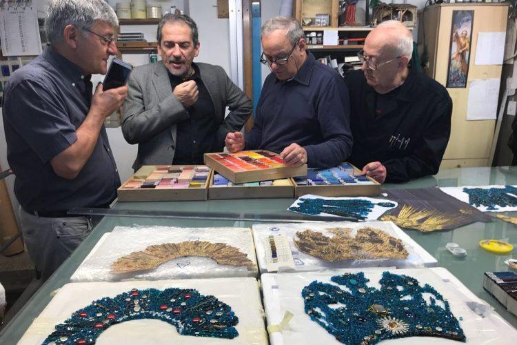 La obra de arte fue elaborado en dos talleres de Florencia, Italia.