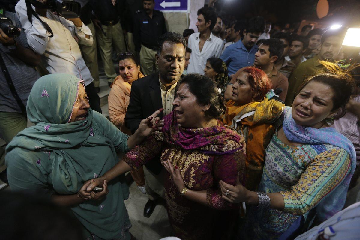 Familiares de las víctimas del atentado suicida en Pakistán, lloran después de la tragedia. (Foto Prensa Libre: EFE).