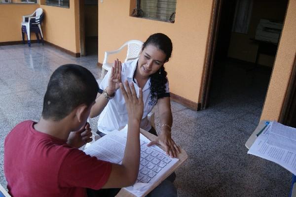 Instituciones educativas públicas y privadas que tengan inscritos estudiantes con discapacidad auditiva deberán contar en forma gradual y progresiva con docentes capacitados en el uso de lengua de señas. (Foto Prensa Libre: HemerotecaPL)