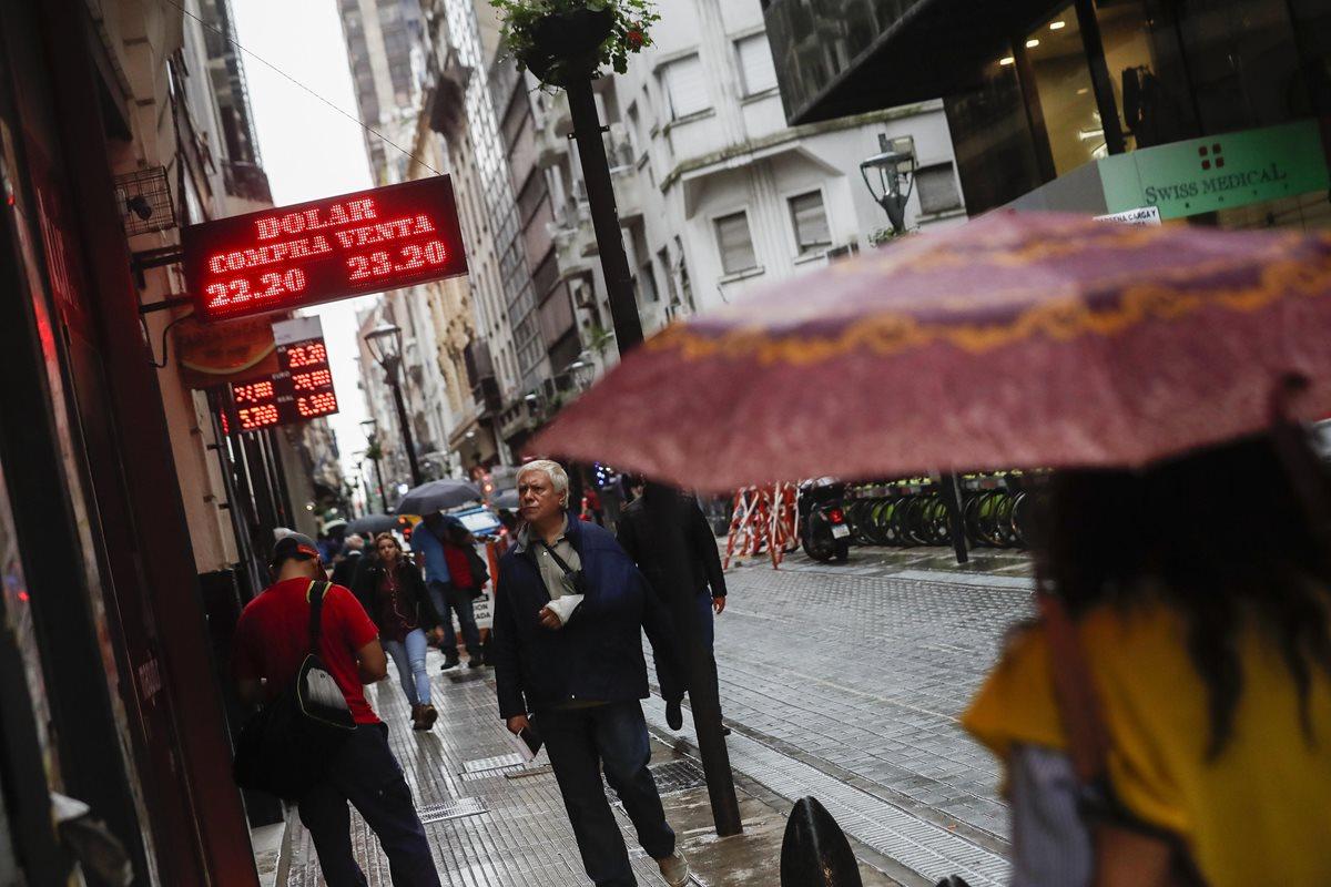 Durante el 2015, cuando el presidente Macri asumuió el poder, Argentina volvió a la libre flotación del peso. (Foto Prensa Libre: EFE)