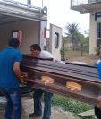 Familiares de José Rolando Monroy y Rosa Linda García Vásquez trasladan los cuerpos hacia la comunidad Nueva Formación, La Libertad, Petén. (Foto Prensa Libre: Rigoberto Escobar)