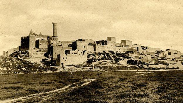 Muchos musulmanes creen que los huesos del profeta Jonás se quedaron en la colina de Nabi Yunus, cerca de la antigua ciudad de Nínive. GETTY IMAGES