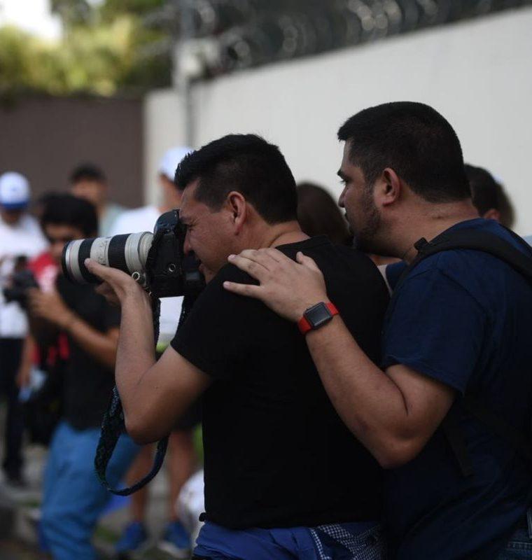 Rodrigo Polo cuando obstaculiza la labor periodística de los fotógrafos durante manifestación frente a sede de la Cicig. (Foto Prensa Libre: Cortesía)