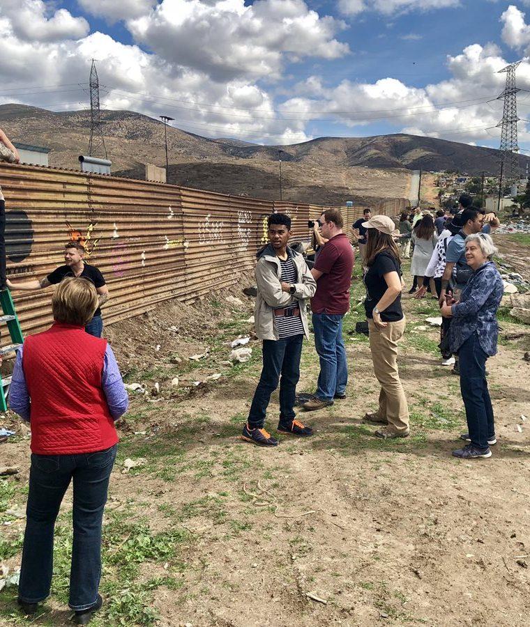Turistas visitan los prototipos de muro fronterizo  en el límite entre San Diego, California, EE. UU. y Tijuana, México.(Foto Prensa Libre:EFE).