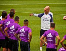El técnico del Real Madrid, Zinedine Zidane (c), da instrucciones a sus jugadores en un entrenamiento del equipo en Montreal, Canadá. (Foto Prensa Libre: EFE)