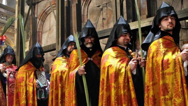Miembros de la Iglesia ortodoxa armenia participan en la ceremonia de apertura de las puertas de la iglesia del Santo Sepulcro. GETTY IMAGES