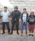 Agentes de DEIC custodian a los detenidos antes de llevarlos al Juzgado de Turno. (Foto Prensa Libre: PNC)