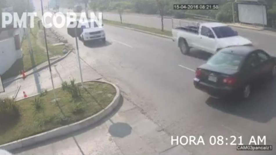 Accidente de tránsito en Cobán, Alta Verapaz, queda registrado por cámaras de la PMT local. (Foto Prensa Libre: PMT Cobán)