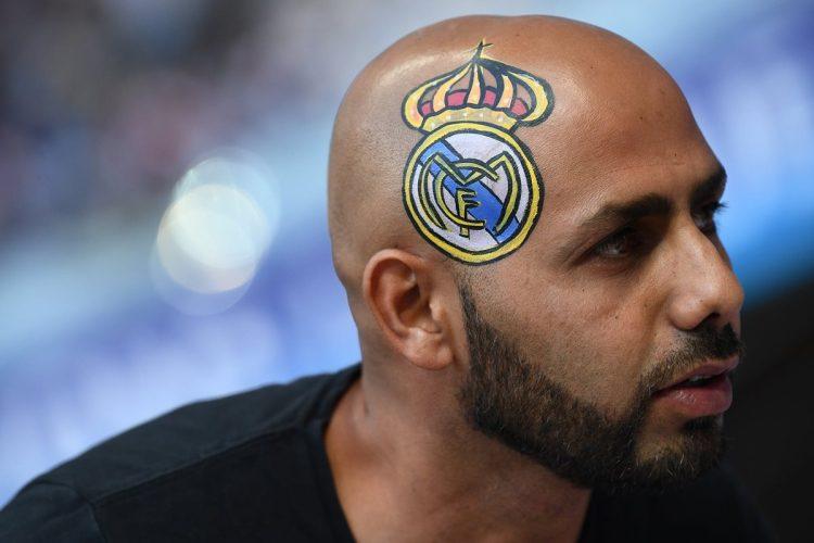 Este aficionado del Real Madrid se pintó el escudo del Real Madrid en su cabeza.