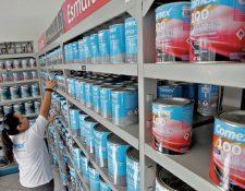 Comercios se abastecen de productos de pintura arquitectónica. (Foto Prensa Libre: Erick Avila)