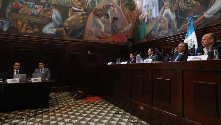 La comisión pesquisidora escuchó al representante legal del presidente Jimmy Morales en una audiencia pública. (Foto Prensa Libre: Esbín García)