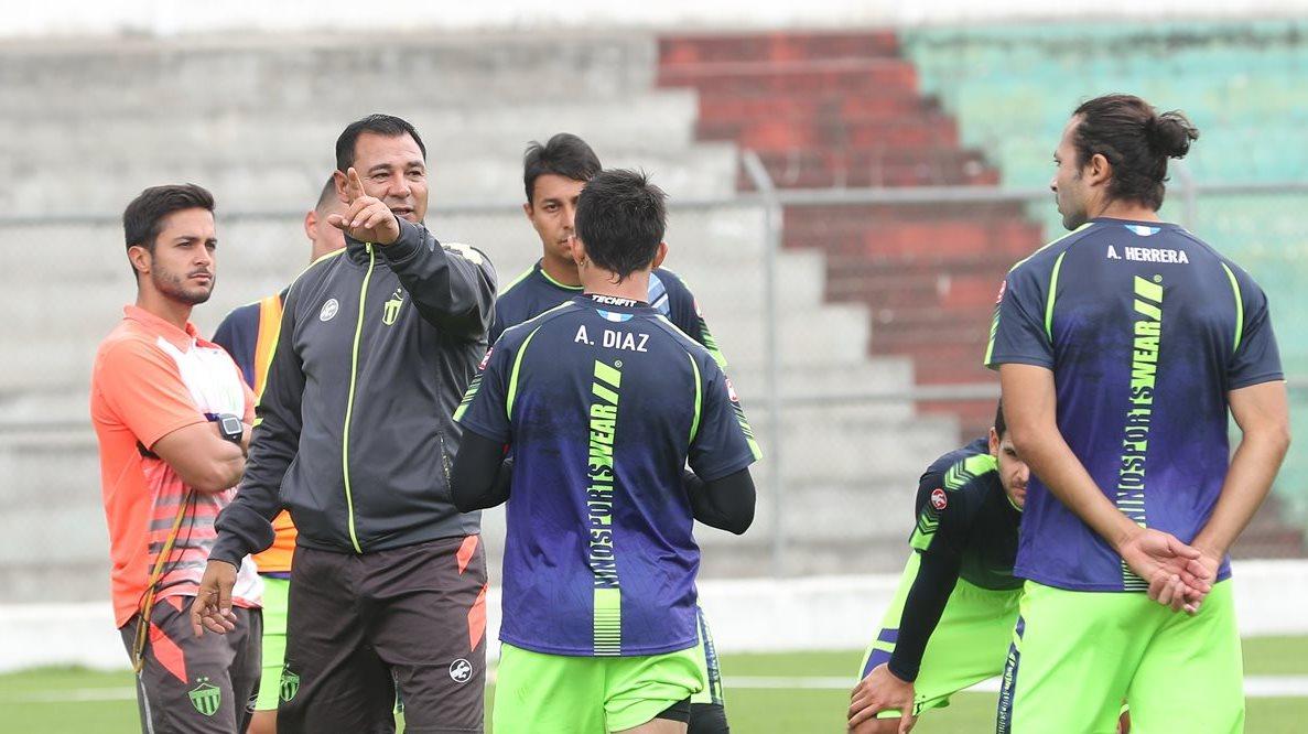 Mauricio Tapia le da instrucciones a sus jugadores durante el entrenamiento de ayer. (Foto Prensa Libre: Edwin Fajardo)