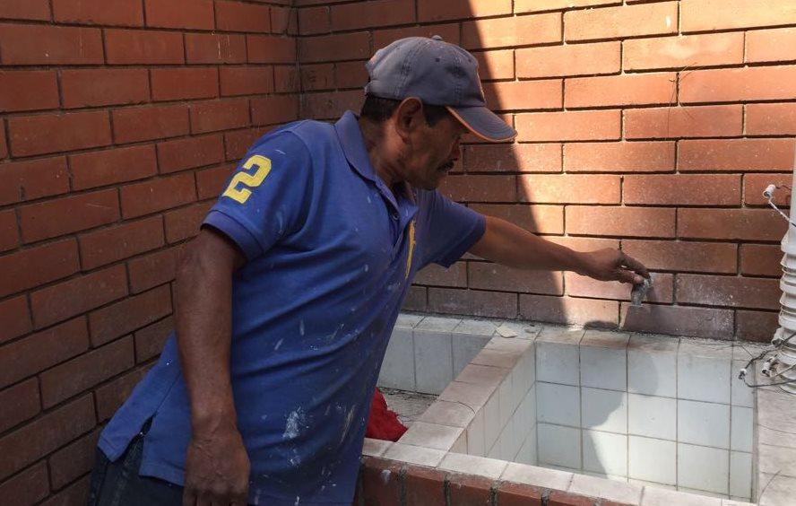 En Llanos de Arrazola, Fraijanes, con frecuencia los vecinos no reciben agua en las cañerías municipales. (Foto Prensa Libre: cortesía)