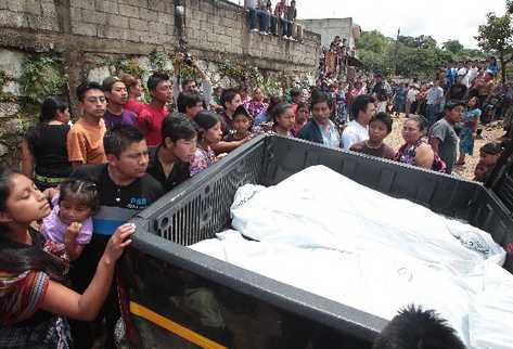 Vecinos observan los cuerpos  de las víctimas  que trasladaron en autopatrullas  al Inacif.