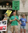 """Los detractores del magnate inmobiliario se dieron cita frente al """"Trump International Hotel"""".(Foto Prensa Libre: AFP)."""