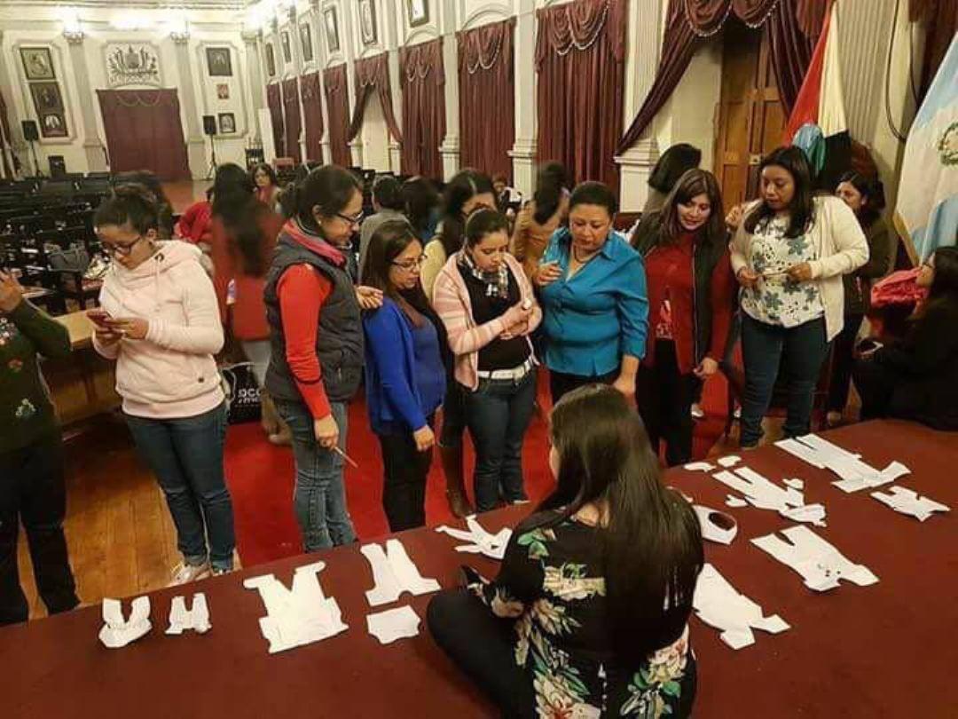 Trabajadoras de comuna de Xela utilizan Salón de Honor para celebrar Baby Shower