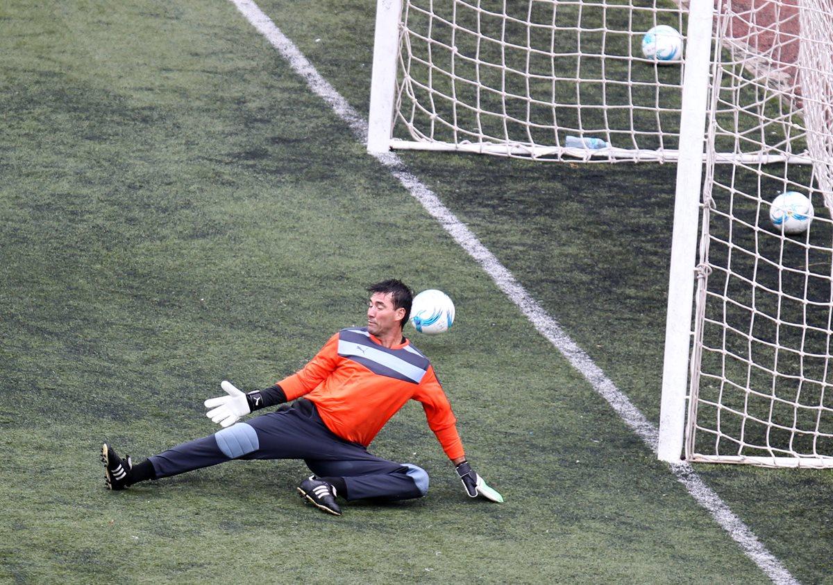 Luis Pedro Molina, durante el entrenamiento albo. (Foto Prensa Libre: Carlos Vicente)