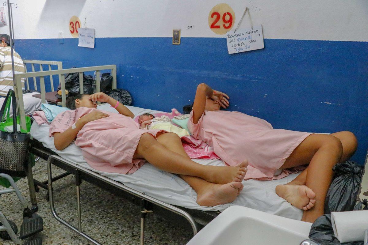 Dos mujeres y un recién nacido ocupan una misma cama en el Hospital Nacional de Retalhuleu. (Foto Prensa Libre: Rolando Miranda)