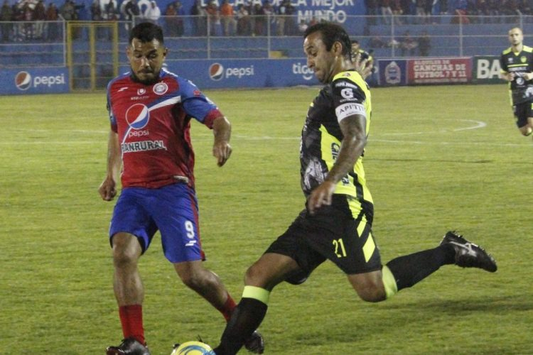 Mario Castellanos y José Contreras corren por el balón (Foto Prensa Libre: Cortesía Prensa Xelajú MC)