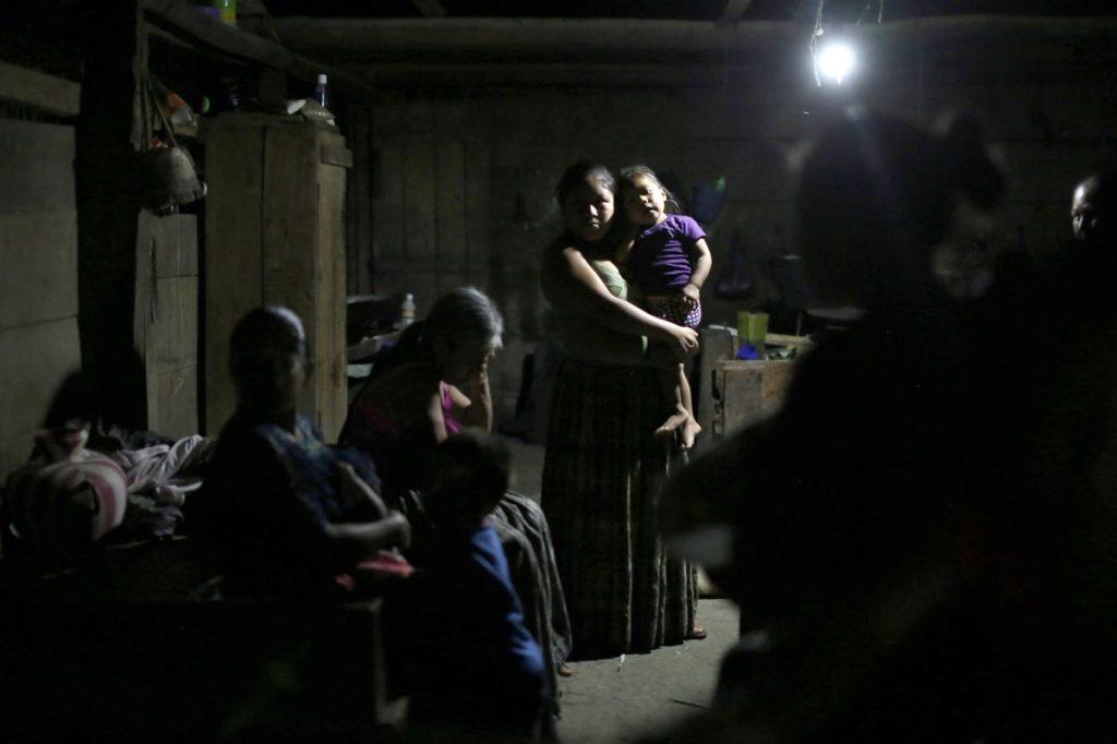 La familia de Jakelin Caal, la niña inmigrante que murió el pasado 8 de diciembre bajo custodia de la Patrulla Fronteriza, espera la llegada del féretro con el cuerpo de la menor.