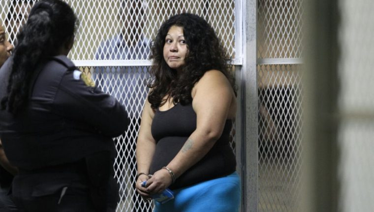 La mujer señalada de haber atacado a una guardia del Organismo Judicial asegura que solo se defendía. (Foto Prensa Libre: Carlos Hernández)