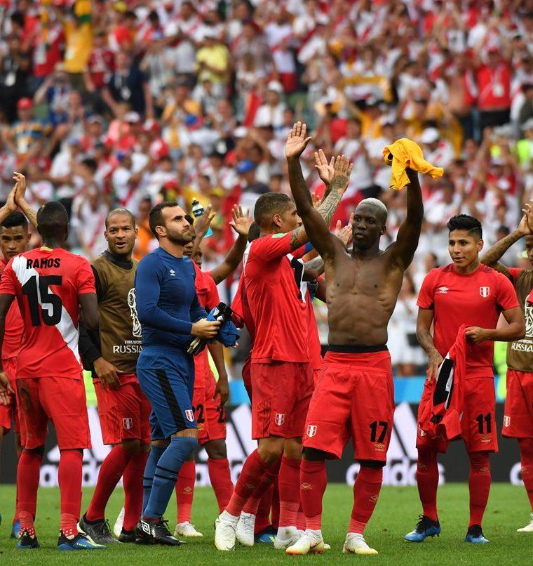 Los jugadores de Perú agradecieron a los aficionados al finalizar el partido. (Foto Prensa Libre: AFP)