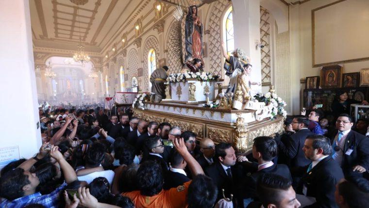 En el Santuario de la Virgen de Guadalupe de la zona 1 de la capital, decenas de católicos demuestran su devoción. (Foto Prensa Libre: Carlos Hernández Ovalle)