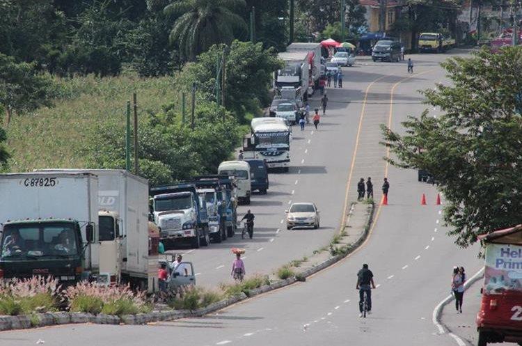 En bloqueos anteriores, la fila de vehículos se ha extendido por varios kilómetros. (Foto Prensa Libre: Hemeroteca PL)