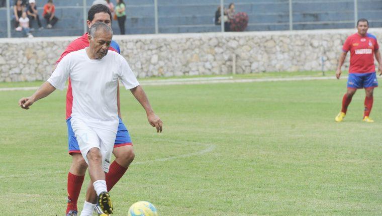 Oscar Sánchez (blanco) fue el máximo referente en el medio campo de Comunicaciones. (Foto Prensa Libre: Edwin Fajardo)
