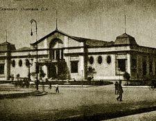 Este edificio se construyó con materiales ligeros, entre junio y septiembre de 1921, para ser sede de las galas protocolarias del centenario de la Independencia. El pueblo lo bautizó como el Palacio de Cartón. A causa de un cortocircuito se incendió el 7 de abril de 1925. Foto Prensa Libre: Hemeroteca PL.