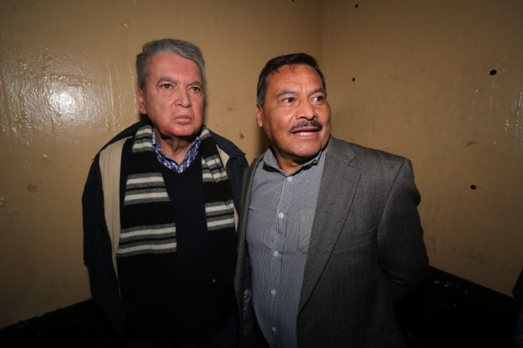 Celso Cerezo ex ministro de Salud y Óscar Velasquez ex viceministro de Economía en el sótano de tribunales.