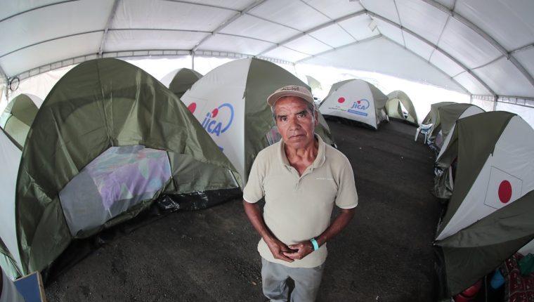 Pedro Ruiz Hernández junto a las carpas instaladas en el albergue ubicado en la finca La Industria. (Foto Prensa Libre: Juan Diego González)