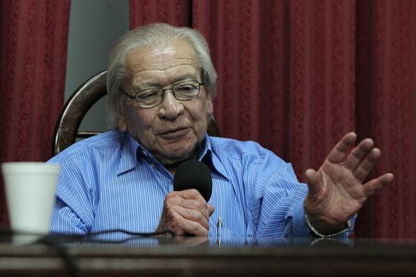 Carlos Guzmán Böckler dicta una conferencia sobre la política coyuntural en la Usac (Foto Prensa Libre: Paulo Raquec)
