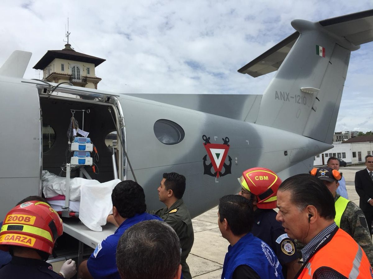 Un avión ambulancia de la Secretaria de la Marina de México fueron trasladados dos pacientes que sufrieron quemaduras por la erupción del Volcán de Fuego. (foto: Embajada de México)