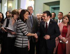 Nikky Haley recorre los pasillos del Palacio Nacional de la Cultura con el presidente Jimmy Morales y varios ministros. (Foto Prensa Libre: Paulo Raquec)