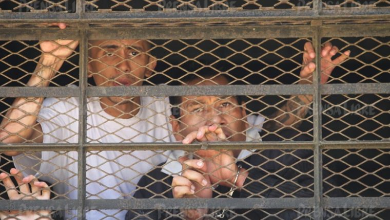El monitor retenido se identificó como Aroldo Muñoz. Pidió ayuda de las autoridades para no morir. (Foto Prensa Libre: Érick Ávila)