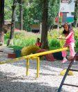 Niños se divierten en los juegos infantiles de un parque que se habilitó en la zona 5 capitalina. En zona 18 el área de recreación será más grande. (Foto Prensa Libre: Hemeroteca PL)