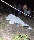 El cuerpo sin vida de Ilse Hernández quedó tendido en el lugar donde fueron atacados a balazos con su esposo Mario Soto. (Foto Prensa Libre: Óscar Figueroa)