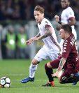 Lucas Biglia disputa un balón con Daniele Baselli en el partido entre el Milan y el Torino. (Foto Prensa Libre: EFE)