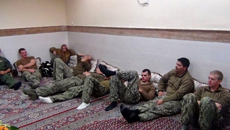Marineros estadounidenses que fueron dejados en libertad este miércoles. (Foto Prensa Libre: AP).