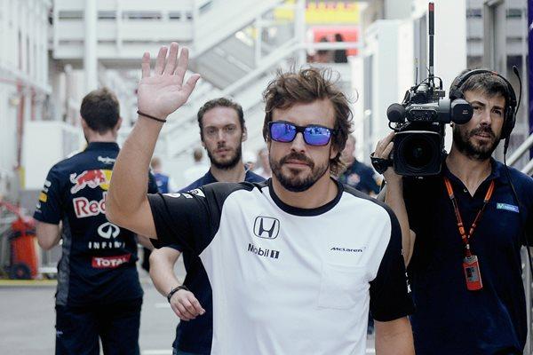 Fernando Alonso saludo a los presenten en el circuito de Montmelo. (Foto Prensa Libre: AFP)
