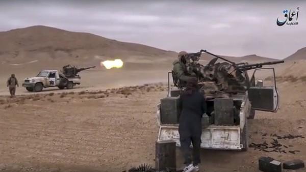 Vehículos del Estado Islámico disparan contra la tropa siria enel sur de Palmira. (AFP).