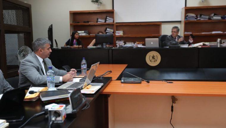 General Érick Melgar Padilla escucha en audiencia al juez Miguel Ángel Gálvez. (Foto Prensa Libre: Érick Ávila)