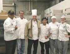 Ortiz, junto al equipo con el que trabaja en la cocina de Beverly Hills. (Foto Prensa Libre: Archivo personal de Osman Ortiz)