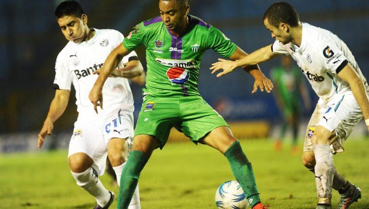 El tico Manfred Russell de Antigua GFC en una acción del juego contra Comunicaciones en la semifinal del torneo anterior. (Foto Prensa Libre: Hemeroteca)