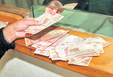 Los guatemaltecos han recibido el año con un tipo de cambio bajo respecto al dólar.
