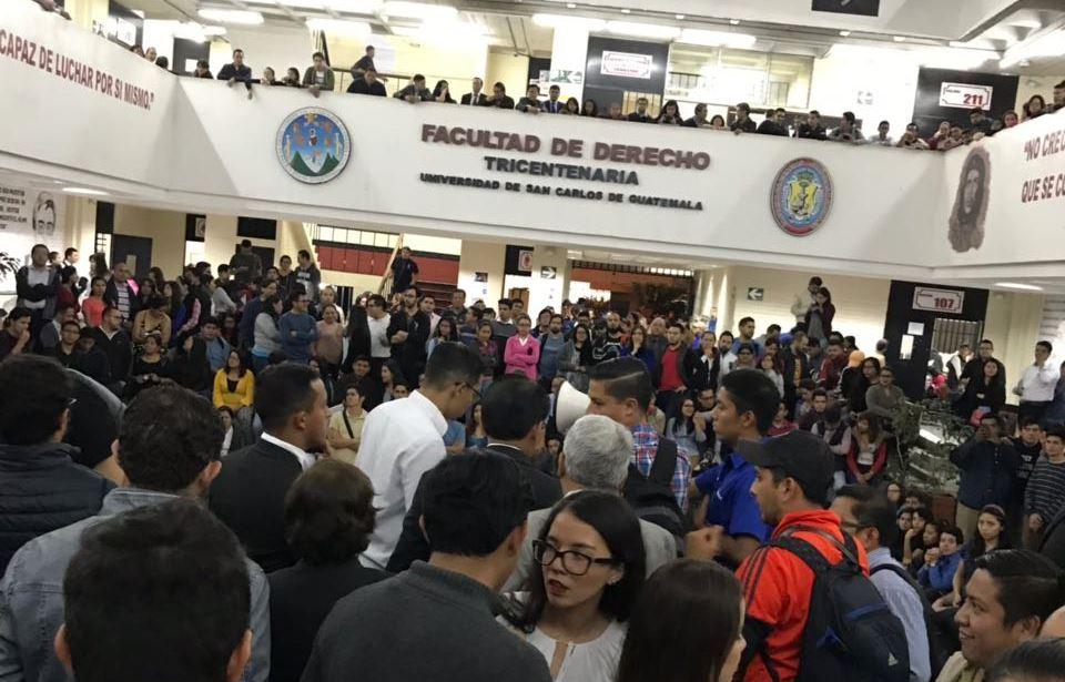 Estudiantes de la Facultad de Derechos de la Usac fueron convocados a una asamblea este lunes. (Foto Prensa Libre: Cortesía)