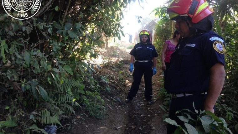 Bomberos localizan cuerpo de recién nacido en camino rural de Villa Nueva. (Foto Prensa Libre: BM)