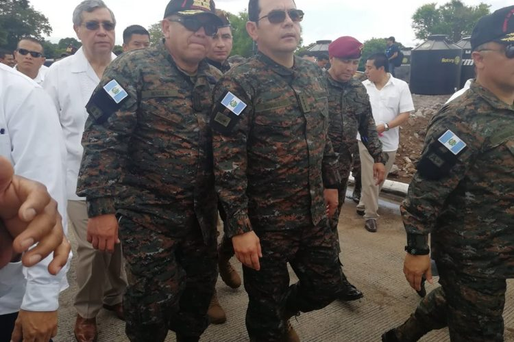 El presidente de Guatemala, Jimmy Morales, realizó una supervisión de traslado de personas a albergues de Escuintla por la tragedia del Volcán de Fuego